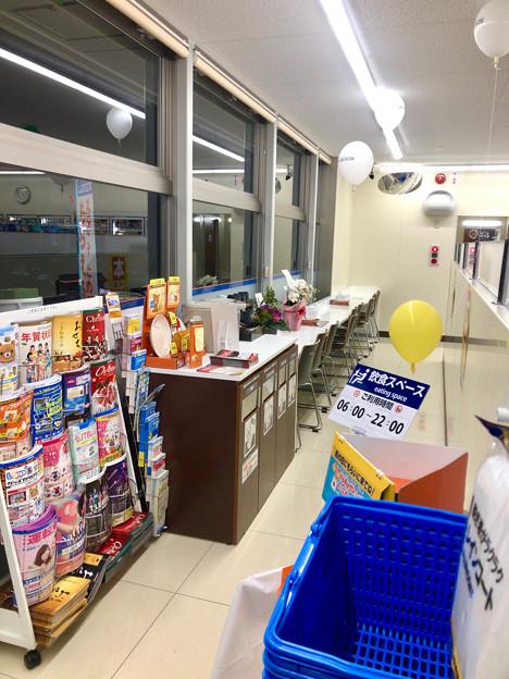 ローソン東野町5丁目店の新店舗に珍しい窓際のイートインスペース - 1