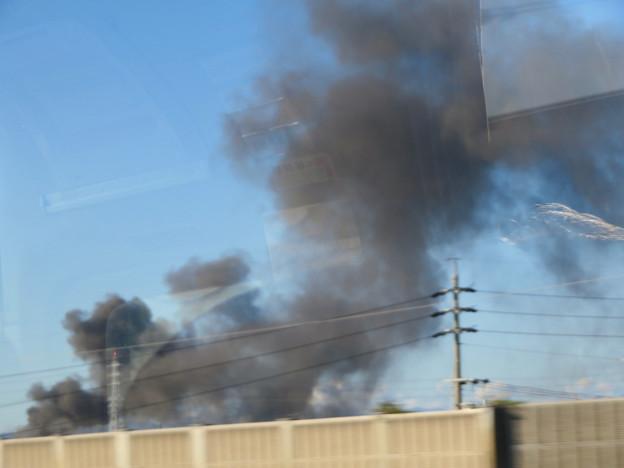 東名高速走行中の高速バスから撮影した国盛化学の火事 - 29