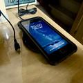 Photos: AnkerのQi充電器「PowerPort Wireless 5 Pad」 - 9:iPhone充電中