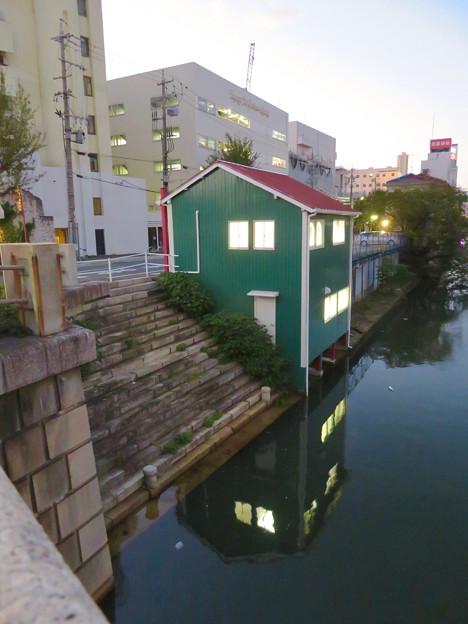 堀川の岩井橋付近にある可愛らしい建物の謎の…店舗?? - 1