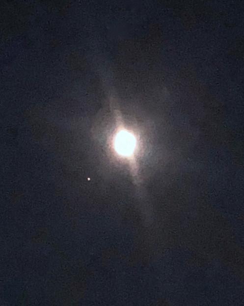 iPhone 8で撮った、並んで輝く月と火星 - 1