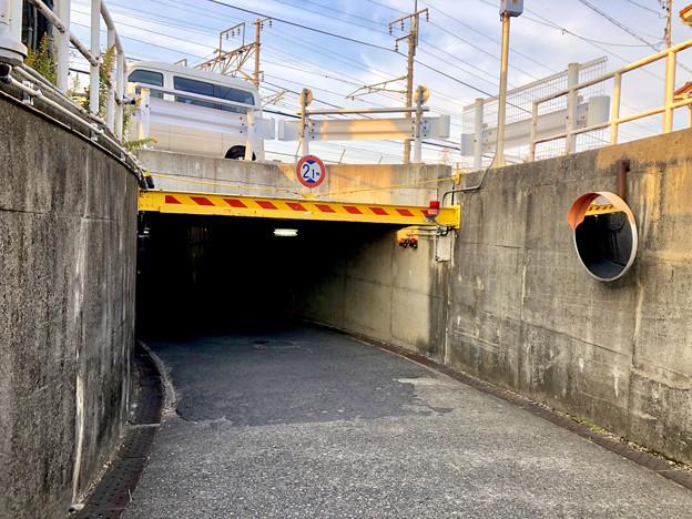 JR中央線下を通る狭い車道 - 2
