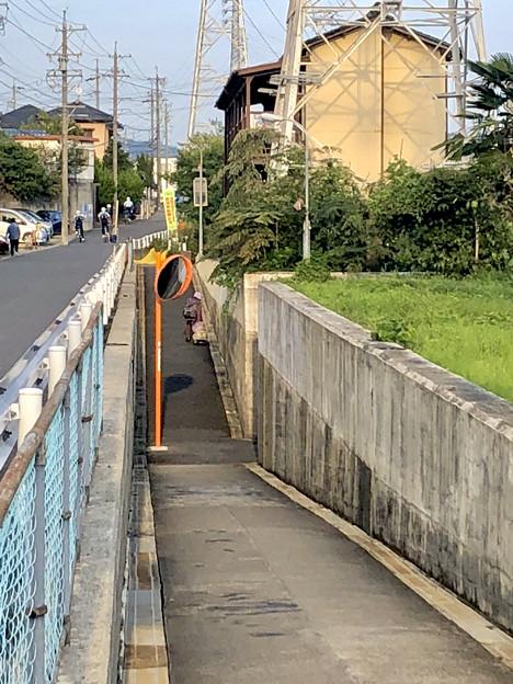 JR中央線下を通る狭い歩道 - 2