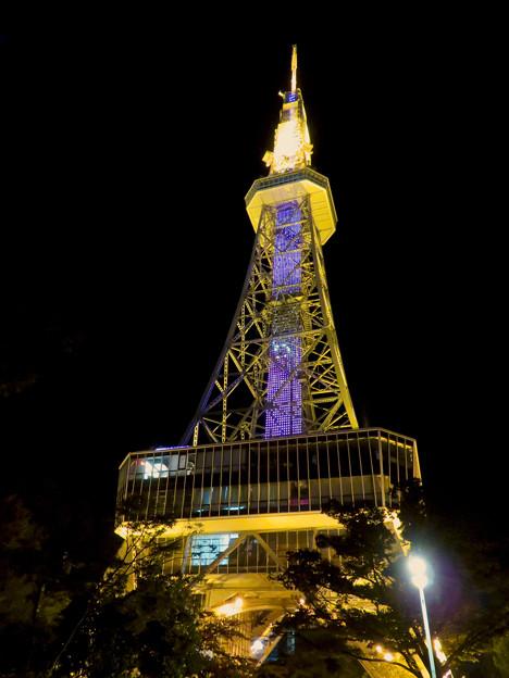 真下から見上げた夜の名古屋テレビ塔のエレベーター - 1