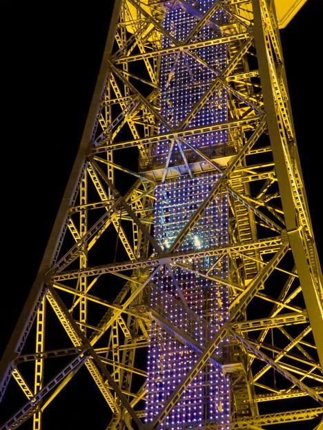 真下から見上げた夜の名古屋テレビ塔のエレベーター - 2