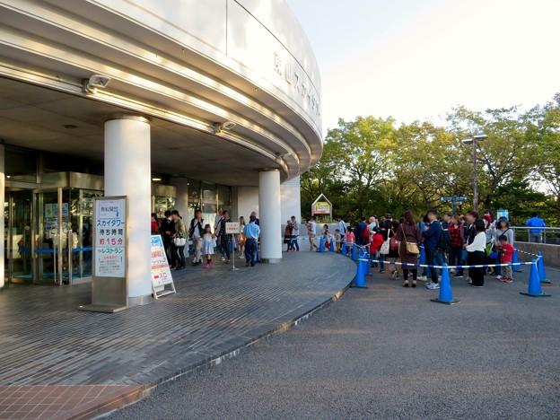 東山動植物園(2018年10月) - 20:名古屋まつり開催日の無料開放で沢山の人が並んでた東山スカイタワー入り口