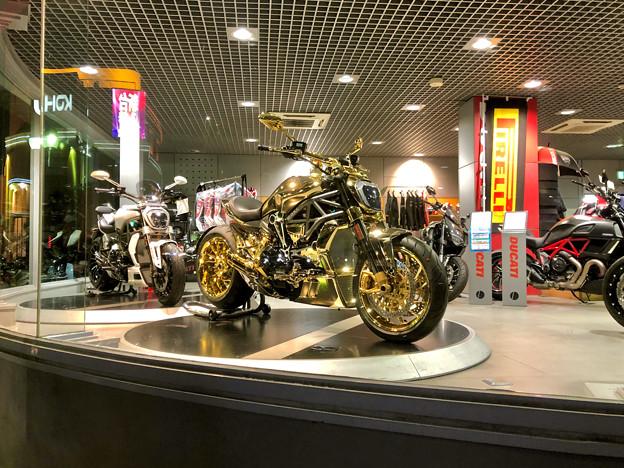 国道19号沿いのバイク屋さんに「ナイト・オブ・ゴールド」みたいなバイクが!? - 1