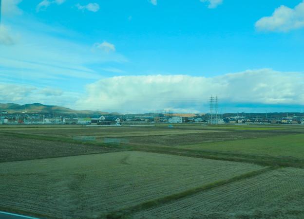 あの雲の下で雪降ってるのかな?と思った、名鉄小牧線車内から見えた分厚い雪 - 1