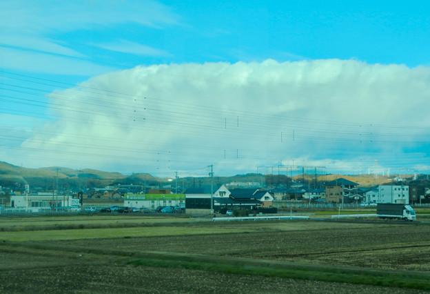 あの雲の下で雪降ってるのかな?と思った、名鉄小牧線車内から見えた分厚い雪 - 2