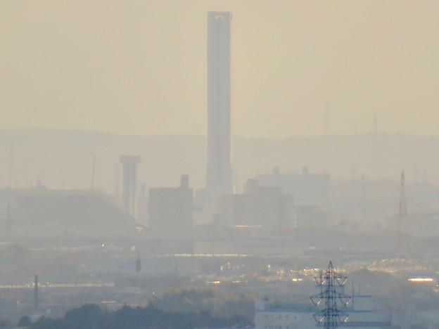 寂光院の展望台から見た景色 - 19:三菱電機稲沢製作所のエレベーター試験棟