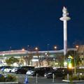 写真: ららぽーと名古屋みなとアクルス前にそびえ立つ港区役所の通信電波塔と名古屋高速の高架 - 1