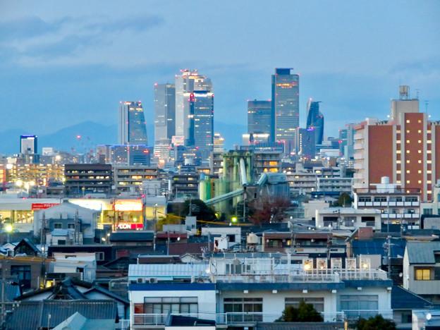 ららぽーと名古屋みなとアクルス駐車場から見た景色 - 17:名駅ビル群と巨大工場