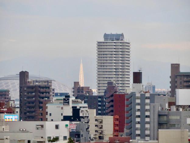 名古屋高速を走る高速バス車内から見えたナゴヤドームと瀬戸デジタルタワー - 1