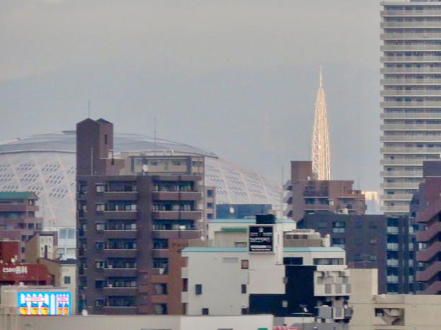 名古屋高速を走る高速バス車内から見えたナゴヤドームと瀬戸デジタルタワー - 2