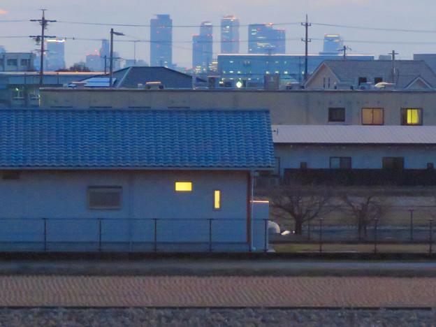 夕暮れ時の大池沿いから見た名駅ビル群 - 7