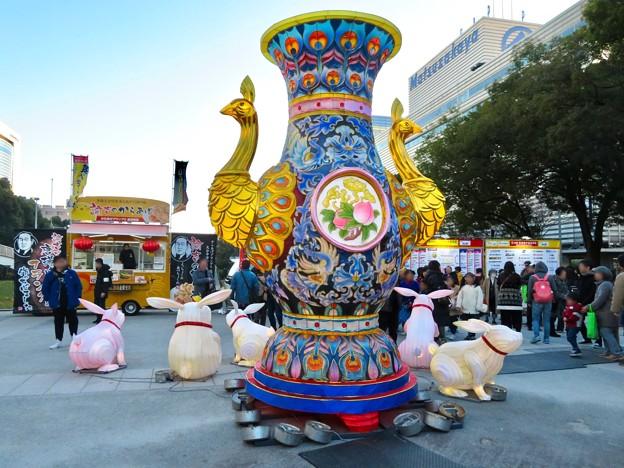 名古屋中国春節祭 2019(昼間)No - 12:クジャクをモチーフにした巨大な壺?