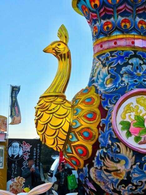 名古屋中国春節祭 2019(昼間)No - 13:クジャクをモチーフにした巨大な壺?