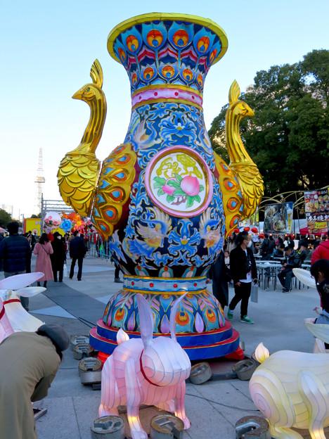 名古屋中国春節祭 2019(昼間)No - 20:クジャクをモチーフにした巨大な壺?とウサギ