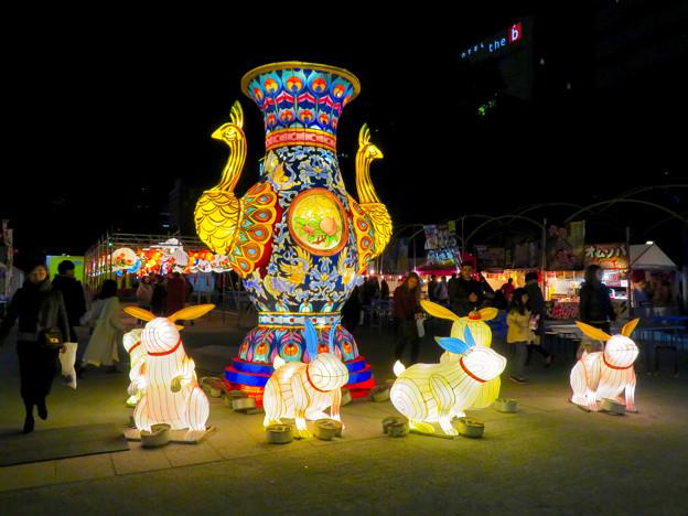 名古屋中国春節祭 2019(夜間)No - 4:クジャクをモチーフにした巨大な壺?とウサギ