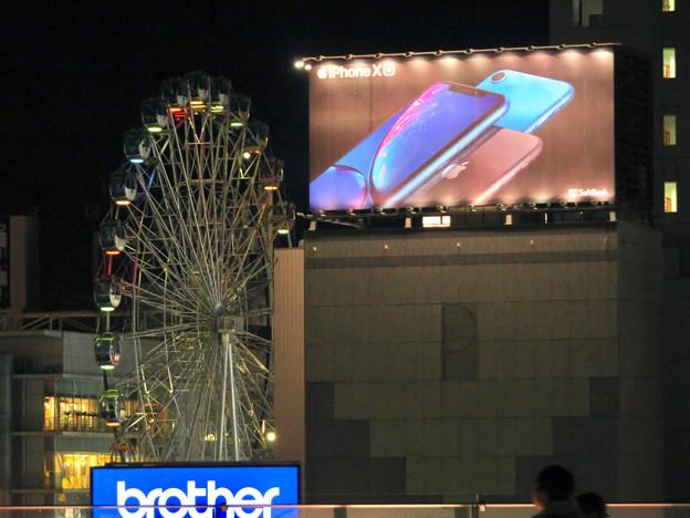オアシス21から見たサンシャインサカエの観覧車とiPhone XRの看板