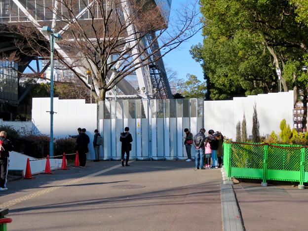 再整備工事中で封鎖されてた久屋大通公園(2019年1月27日) - 13:名古屋テレビ塔前でポケモンGoをしてる(?)人たち