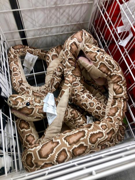 IKEA長久手:巨大ニシキヘビの…クッション? - 2