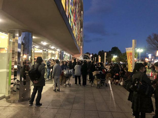 営業最終日、大勢の人で賑わうザ・モール春日井のステンドグラス前 - 22