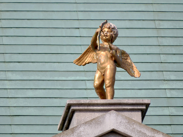 お菓子の城 No - 14:お城の屋根に取り付けられた天使