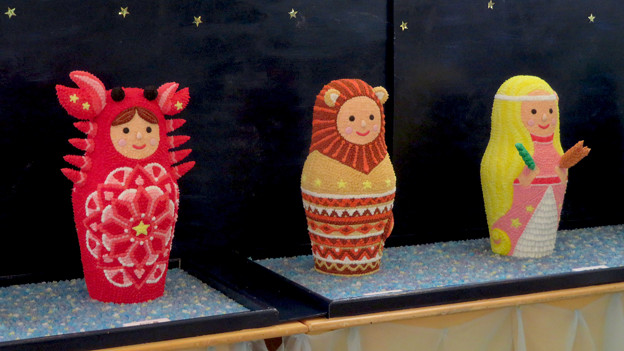 お菓子の城 No - 55:1階の休憩スペースの展示物(マトリョーシカを模した毛糸で作った人形?)