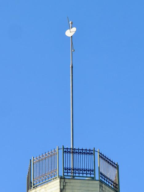 お菓子の城 No - 62:お城の屋根に付いてる矢で射抜かれたハート