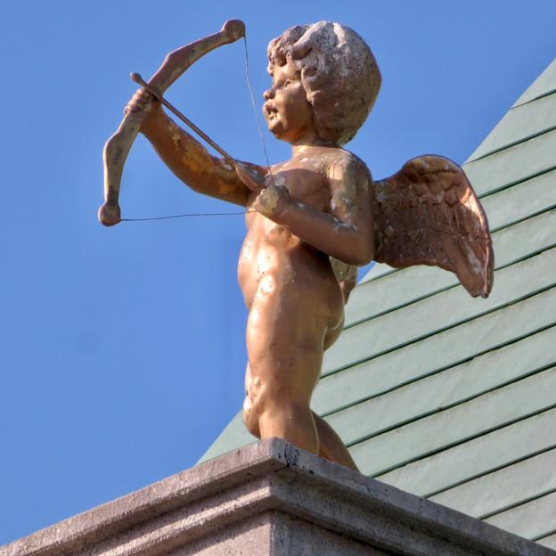 Photos: お菓子の城 No - 65:お城の屋根に設置されてる矢を射る天使像