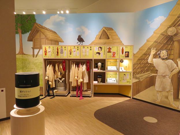 しだみ古墳群ミュージアム「SHIDAMU(しだみゅー)」展示室 No- 62:記念写真コーナーに用意されてる服やカツラ