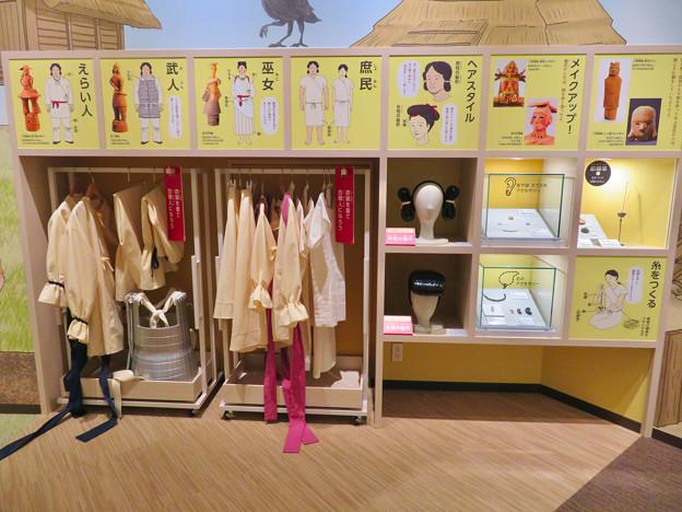しだみ古墳群ミュージアム「SHIDAMU(しだみゅー)」展示室 No- 63:記念写真コーナーに用意されてる古墳時代の人の服や髪型を模したカツラ