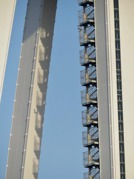 近くから見上げたツインアーチ138 No - 7:側面の非常階段