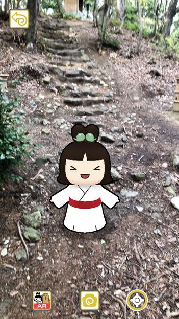 iOSアプリ「Go!Go!しだみ古墳群」 - 21:ARで表示された「しだみこちゃん」(南社古墳前)