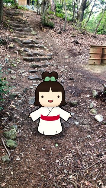 iOSアプリ「Go!Go!しだみ古墳群」 - 22:ARで表示された「しだみこちゃん」(南社古墳前)