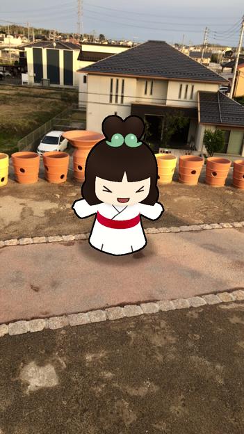 iOSアプリ「Go!Go!しだみ古墳群」 - 23:ARで表示された「しだみこちゃん」(志段味大塚古墳上)