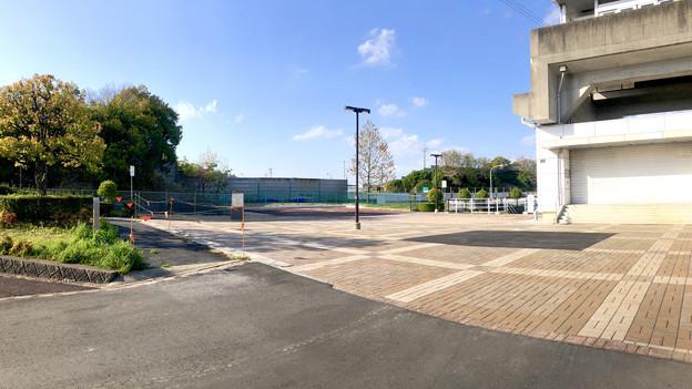 撤去工事が一時終了した桃花台線 旧・桃花台東駅(2019年4月20日) - 4:すっきりした旧駅前(パノラマ)