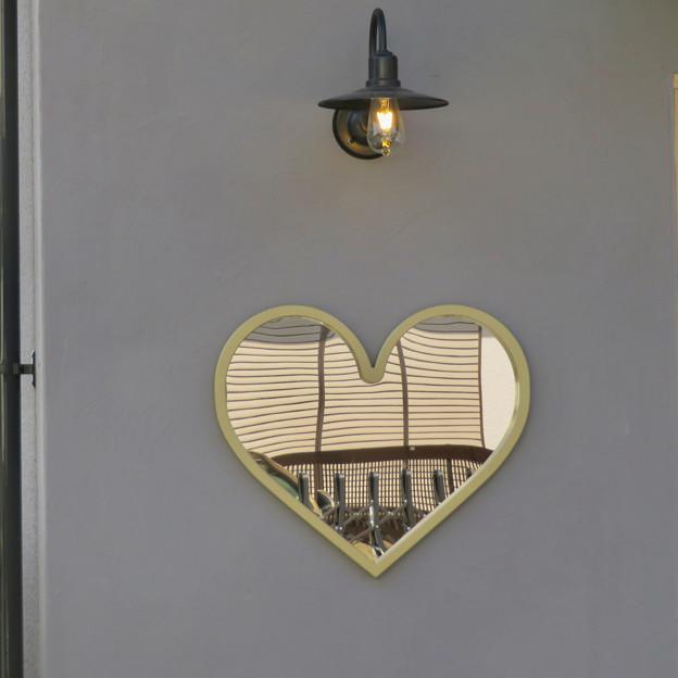 犬山城下町に新たに出来てた建物 - 4:Honmachi Coffee入り口のハート型の鏡