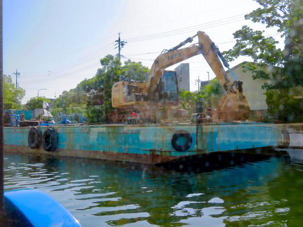 クルーズ名古屋(2019年5月)No - 15:ショベルカーが積まれた工事用の船
