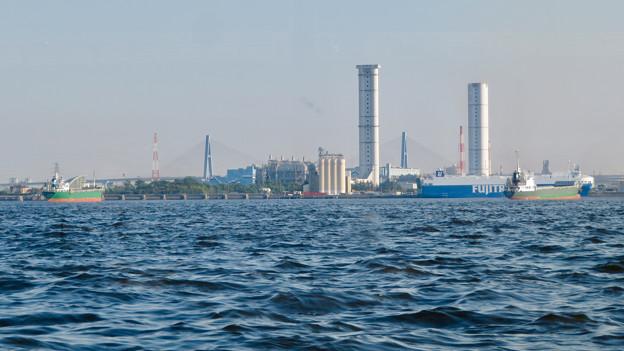 クルーズ名古屋(2019年5月)No - 161:船内から見たブルーボネットと名港東大橋と新名古屋火力発電所の塔