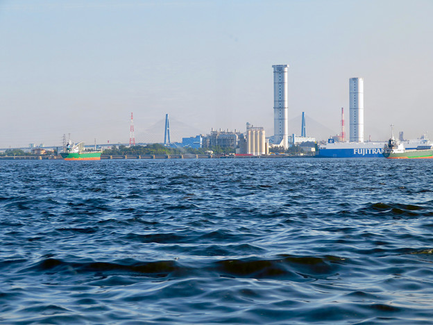 クルーズ名古屋(2019年5月)No - 162:船内から見たブルーボネットと名港東大橋と新名古屋火力発電所の塔