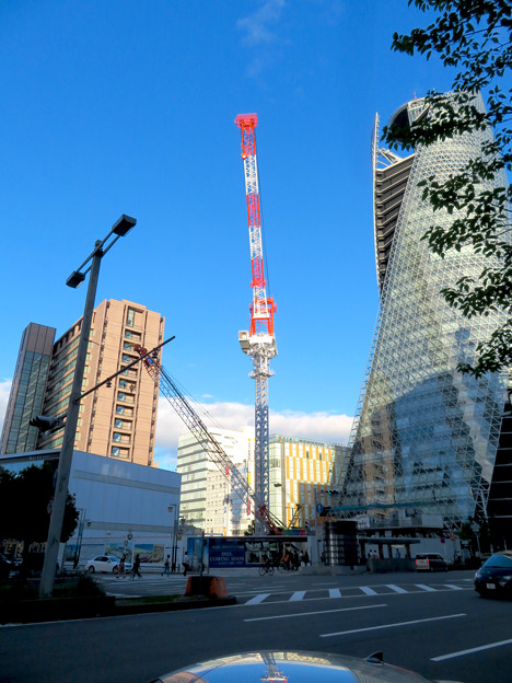 スパイラルタワーズ横の建設工事のクレーン - 2