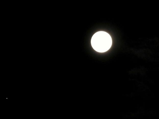 並んで輝く木星と満月 - 2(2019年6月17日)