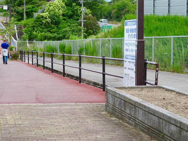 桃花台中央公園南側の中央道沿いの歩道半分ふさぐ無駄な柵 - 2