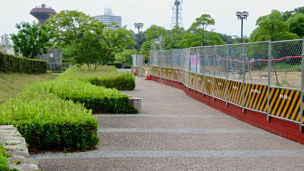 桃花台線の桃花台中央公園南側撤去工事(2019年6月29日) - 14:工事現場と通行を阻害するよう作られた歩道