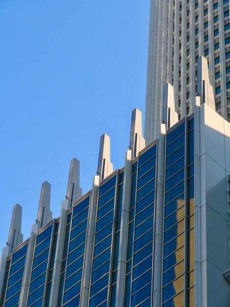 下から見上げたセントラルタワーズの尖った部分 - 2