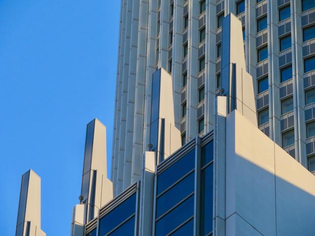 下から見上げたセントラルタワーズの尖った部分 - 3