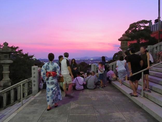 日本ライン夏まつり納涼花火大会の日の犬山成田山 - 8:花火の打ち上げを待ってる人たち