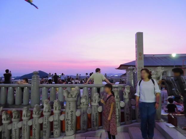 日本ライン夏まつり納涼花火大会の日の犬山成田山 - 9:花火の打ち上げを待ってる人たち